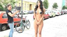 Incendiar! O vedetă a ales să filmeze în plină stradă fără haine