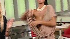 """I-a alunecat rochia! O vedetă a rămas pe jumătate """"necenzurată"""" în timpul unei emisiuni"""