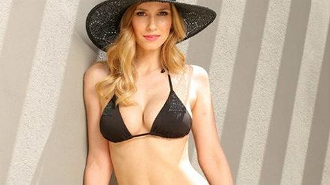 Incendiar! Dana Rogoz a pozat topless!