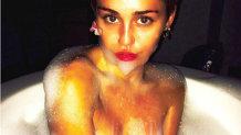 Miley Cyrus s-a îmbrăcat într-un body cu găurele şi a arătat tot pe scenă!