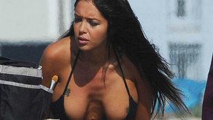 Kim Kardashian de Franţa năuceşte în nişte bikini minusculi!