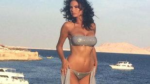 Ramona Bădescu şi-a arătat sânii pe plajă!