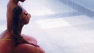 O divă s-a pozat în costumul Evei sub duş! Imaginile au devenit virale