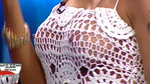 A apărut într-o rochie găurită, fără nimic pe dedesubt, în direct, la TV! Inevitabil, s-a văzut totul