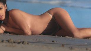 A rămas topless, apoi a renunţat şi la bikini!