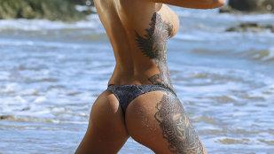 S-a văzut inclusiv tatuajul din zona intimă! Click pe poză
