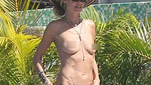 A apărut la plajă în costumul Evei!