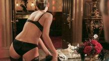 O actriţă superbă, în rolul unei menajere! S-a dezbrăcat şi şi-a oferit serviciile sexuale