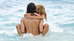 Continut explicit. O actrita celebra, surprinsa facand sex chiar pe plaja!