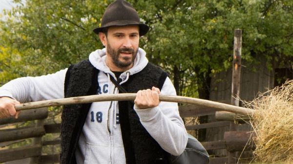 """De Moş Nicolae, Chef Nicolai Tand învaţă să facă brânză la stână, în emisiunea """"Poftiţi la muncă"""""""