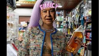 Regina Marii Britanii, cu sânii la vedere şi în ţinute provocatoare. Imagini controversate