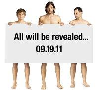 """Pentru posterul noului sezonul """"Doi bărbaţi şi jumătate"""", Ashton Kutcher, Jon Cryer şi puştiul Angus T. Jones ne promit că vor dezvălui totul!"""