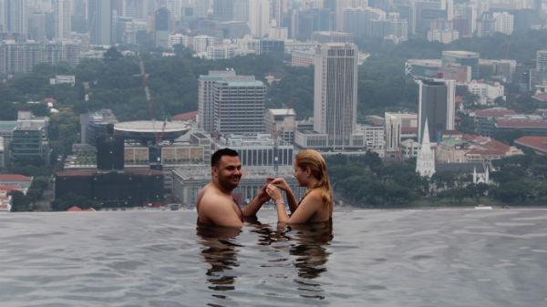 Ioana Ţigănilă, cerută de soţie la o piscină suspendată