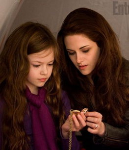 Bella si fiica ei Renesmee apar intr-o noua imagine din ultimul film Twilight