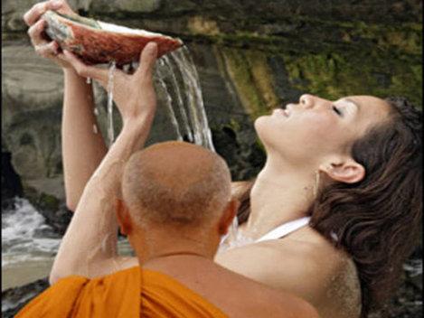 Un calugar budist a filmat femei goale in timp ce se scaldau in apa sfintita!