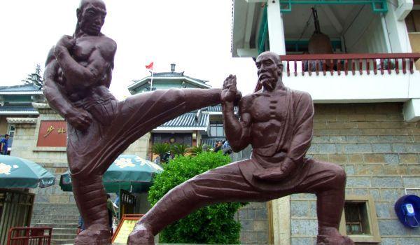 La Templul Shaolin, statui monumentale înfăţişează figuri din arta kung fu.