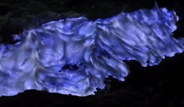 """Imaginile cu râurile de """"lavă albastră"""", care curg pe versanţii vulcanului Kawah Ijen din Java sunt pur si simplu impresionante."""