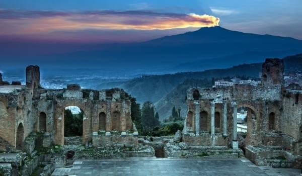 Ruinele unui amfiteatru roman şi Etna la apus