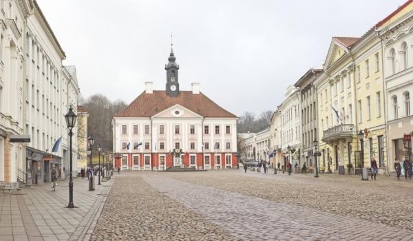 Piaţa centrală din Tartu pe timpul zilei