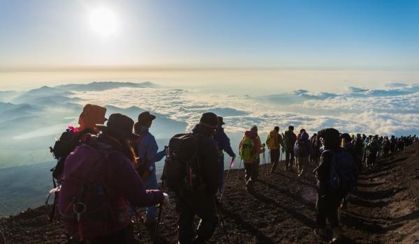 Sute de mii de turişti urcă anual pe Muntele Fuji.