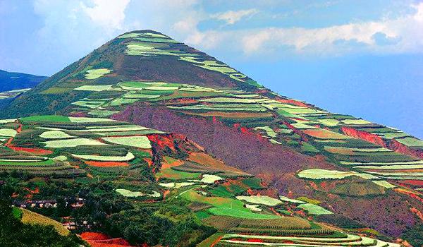 Un loc unic pe Terra – dealurile multicolore din Yunnan (FOTO)