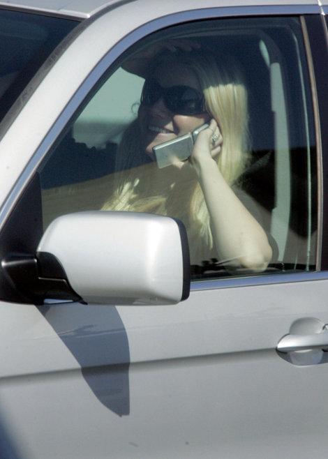 Gwyneth vorbind la un telefon