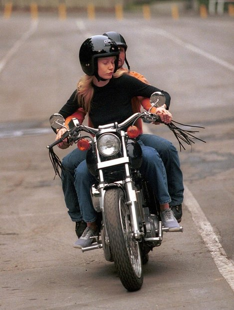 Gwyneth în timp ce învăța cum să conducă o motocicletă