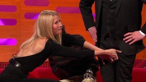 "Gwyneth aranjând ""bijuteriile"