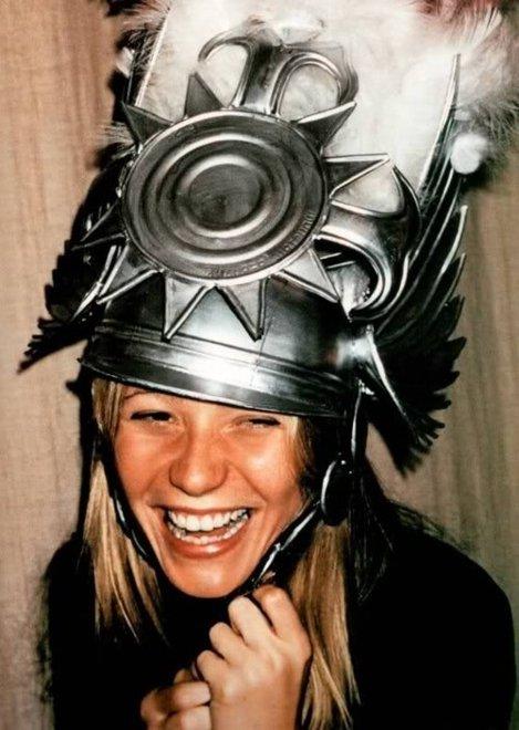 Gwyneth purtând o pălărie stupidă
