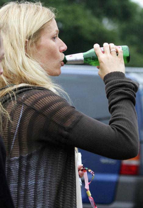 Gwyneth în timp ce bea bere