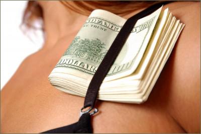 femeia si banii