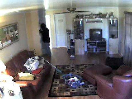 Imagini de pe o camera ascunsa din casa