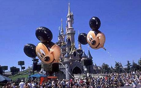 Orice copil isi doreste sa mearga macar o data la Disneyland!