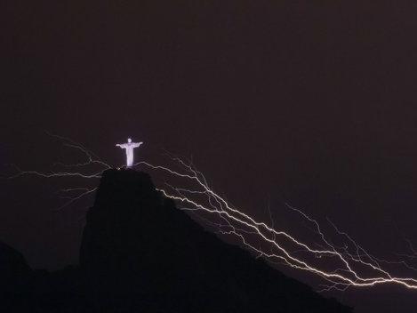 Statuia lui Iisus din Rio de Janeiro a fost fulgerată