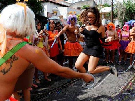 Munţi de gunoaie şi miros pestilenţial la Rio, după Carnaval