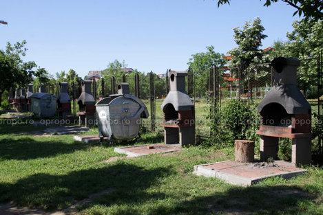 Locul de picnic din parc este unul civilizat, cu tomberoane pentru gunoaiele menajere