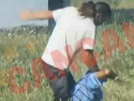 Un preot a fost filmat cum batea cu salbaticie un enorias! (Video)