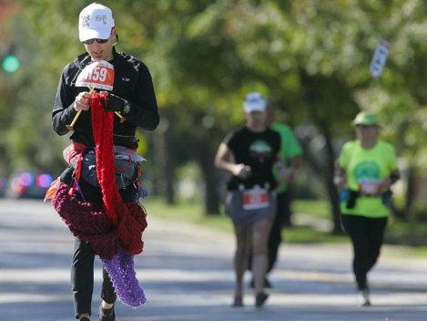 RECORD: Un bărbat a croşetat un fular în timp ce alerga la maraton