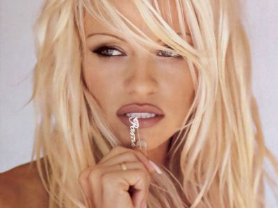 Pamela Anderson ii face viata mai frumoasa lui Michael Jackson