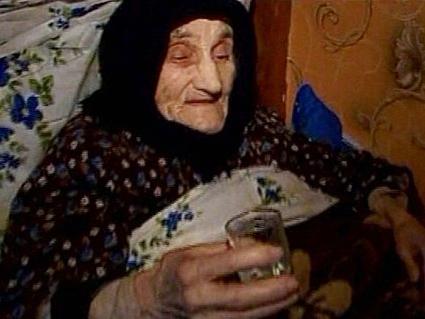 Cea mai batrana femeie din lume are 130 de ani, joaca table si bea vodca! (Video)