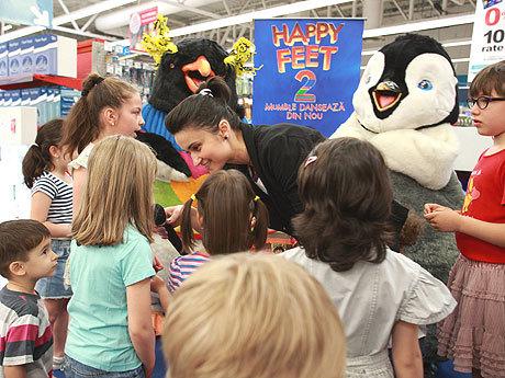 """La lansarea pe DVD a """"Happy Feet 2"""", mascotele Erik şi Lovelace i-au distrat pe copii"""
