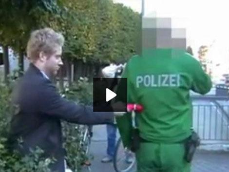 """Un betiv a atacat un politist... cu o """"arma alba"""" de culoare roz! (Video)"""