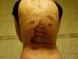 Un barbat i-a tatuat iubitei infidele un excrement pe spate