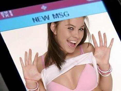 SEXTING: Ce rişti când trimiţi mesaje cu poze explicite de pe telefonul mobil