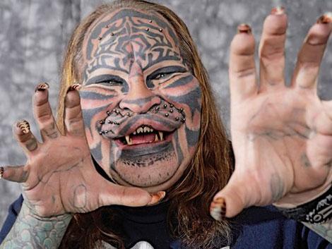 "S-a sinucis ""omul tigru"", Dennis Avner"