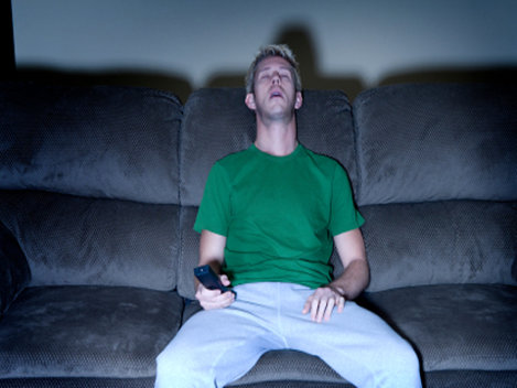 Adormi în faţa televizorului? E semn că îmbătrâneşti!