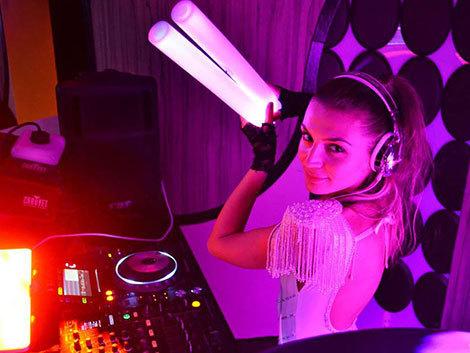 """DJ-iţa Bianca Linta a lansat videoclipul piesei """"Divided Sky"""""""