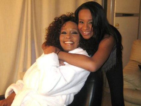 Bobbi Kristina ar putea fi deconectată de la aparate în aceeaşi zi şi la aceeaşi oră la care a murit Whitney Houston
