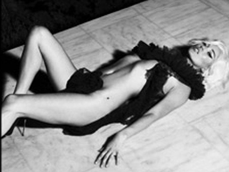 Kate Moss s-a dezbracat pentru revista Interview (foto)
