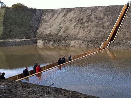 Un pod scufundat separa apa fara ajutorul unui miracol biblic